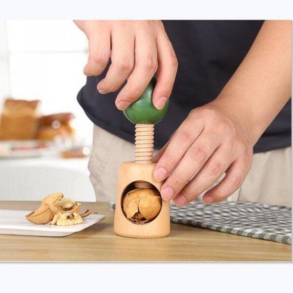homme utilise casse noix vis en bois